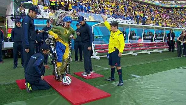 Juliano Pinto usa o exoesqueleto robótico para dar o pontapé inicial da Copa (TV Globo/reprodução)