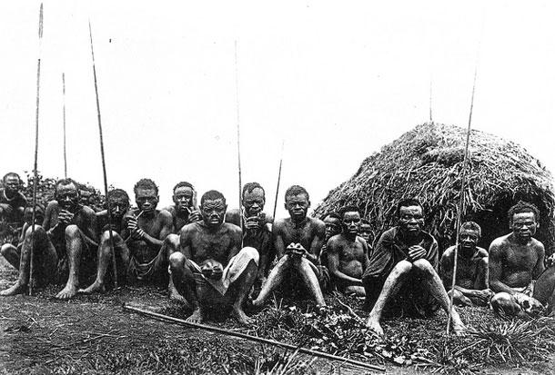 Um grupo de pigmeus Batwa em Uganda numa foto do séc. 19 (Foto:M.Pesek/Tafel/CC)