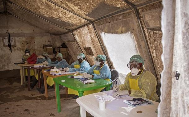 Um laboratório improvisado para diagnóstico de ebola em Serra Leoa (Foto: Michael Duff/AP)