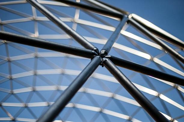 A cúpula geodésica construída por Amyr Klink em sua casa em São Paulo (Foto: Adriano Vizoni/Folhapress)