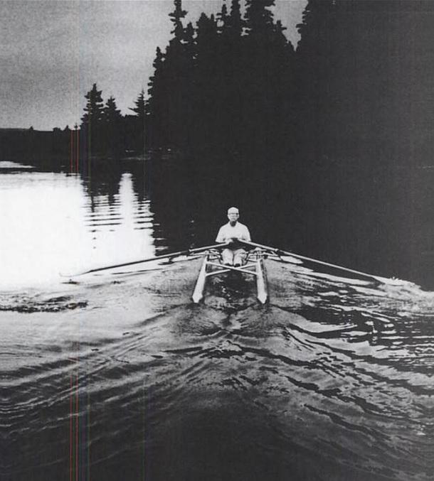 """Buckminster Fuller no catamarã """"Rowing Needles"""", em 1971 (Foto: Reprodução)"""